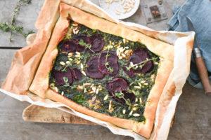 torta salata con pasta sfoglia, spinaci, pinoli, barbabietola e gorgonzola