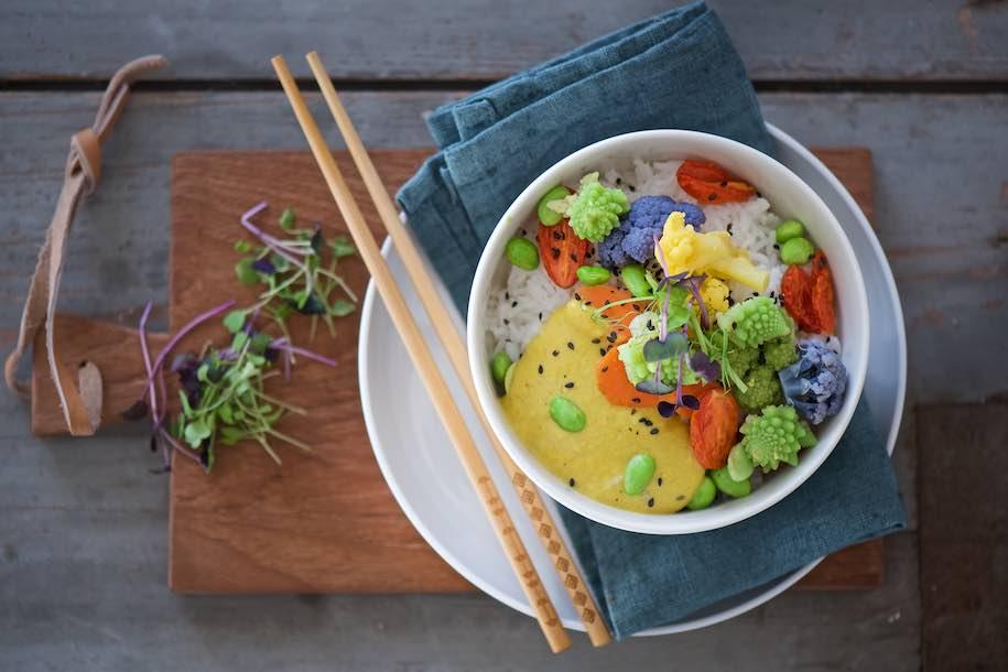 rice bowl arcobaleno con salsa cremosa al curry