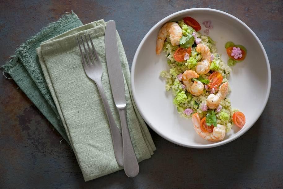bowl arcobaleno di quinoa con crema di avocado