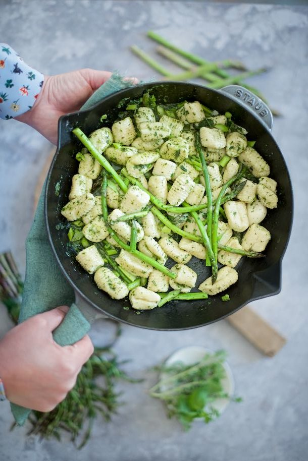 gnocchi di ricotta con burro alle erbe aromatiche e asparagi