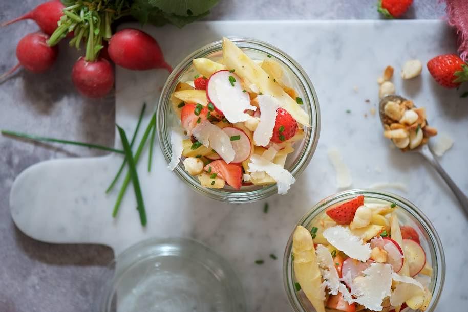 asparagi bianchi spadellati con fragole, ravanelli, parmigiano e vinaigrette