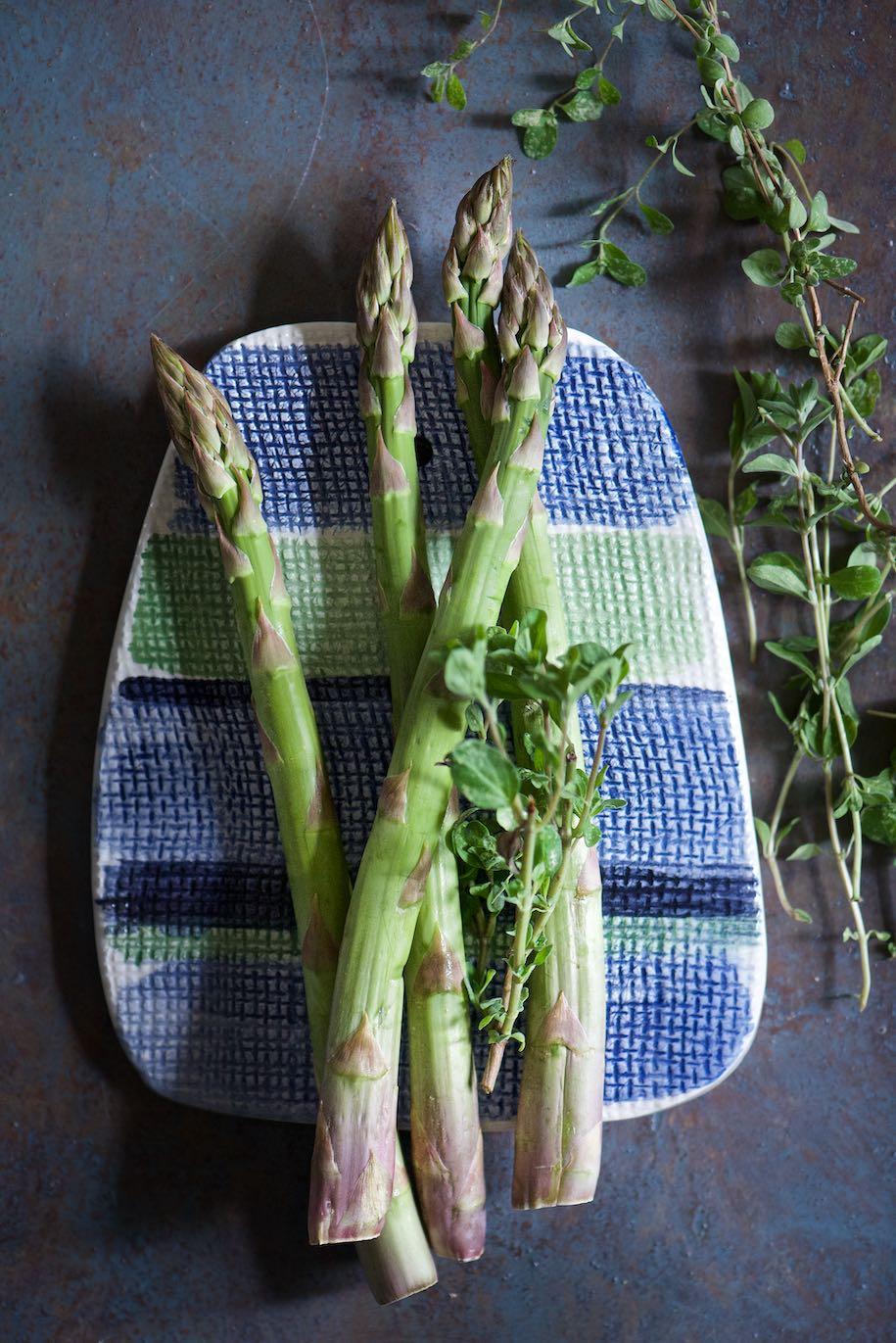 asparagi crudi con maggiorana fresca