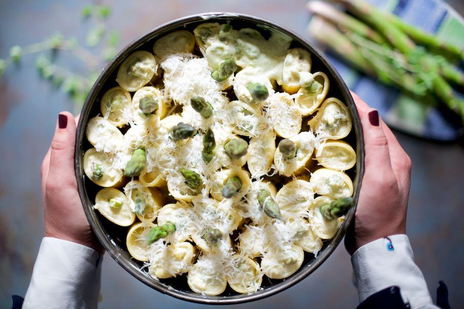 teglia rotonda di paccheri ripieni con asparagi ricoperti di besciamella