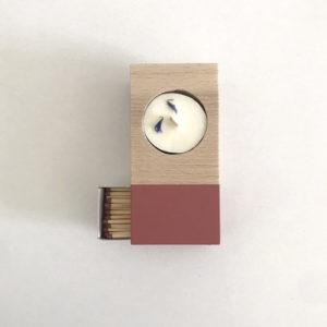 scatoletta color ciliegia in legno con fiammiferi e candela