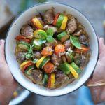 piatto tondo con polpette alternate a verdura estiva tagliata a rondelle