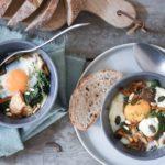 uova in cocotte con spinaci, chèvre, funghi e semi di zucca