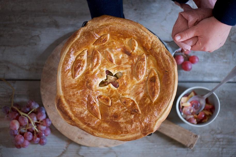 padella ricoperta con pasta sfoglia con riso casimiro con uva e mela