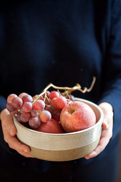 ciotola con mele e uva