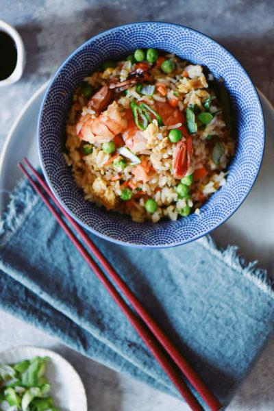 ciotola con fried rice con gamberi
