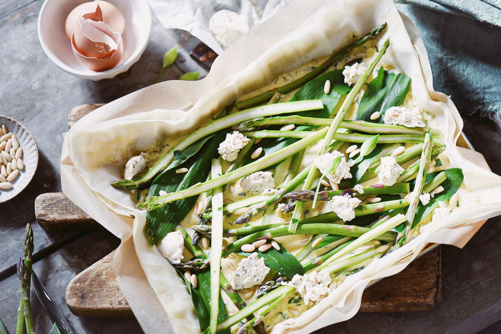 Torta salata di pasta fillo con asparagi e aglio orsino