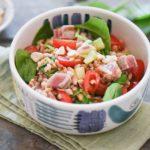 insalata di farro con tonno fresco scottato, pomodori, cetriolo