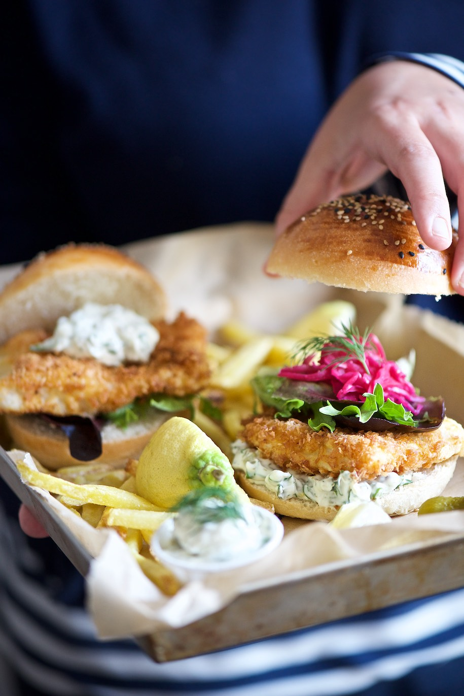fish burger su vassoio con patatine fritte e salsa tartara