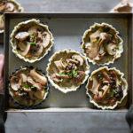 tartellette di pasta sfoglia con crema di funghi e funghi